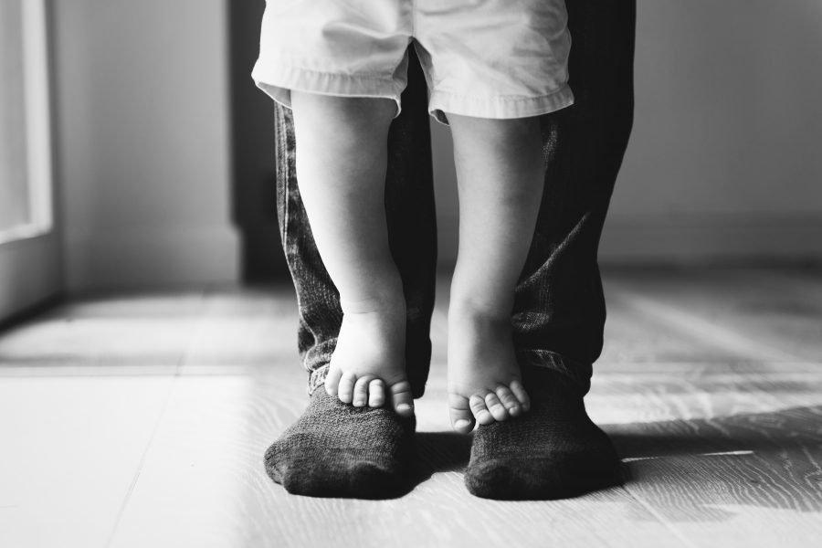 Πατήματα και κατακτήσεις: Η σπουδαιότητα να πατάνε τα παιδιά στα πόδια τους