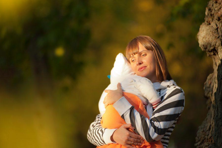 Το να κρατάμε τα μωρά μας αγκαλιά είναι στη φύση μας