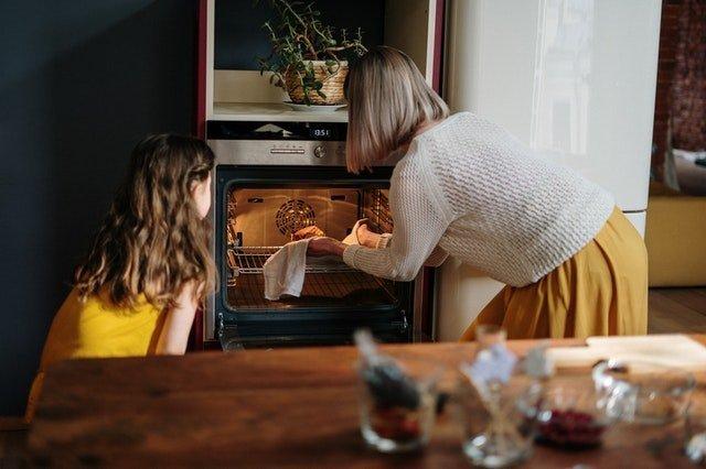 Ποιοτικός χρόνος - Μητέρα μαγειρεύει με την κόρη της