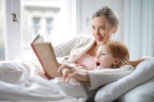 Ποιοτικός χρόνος - Μητέρα διαβάζει με το παιδί της