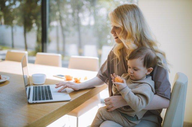 Ποιοτικός χρόνος - Μητέρα δουλεύει με το παιδί