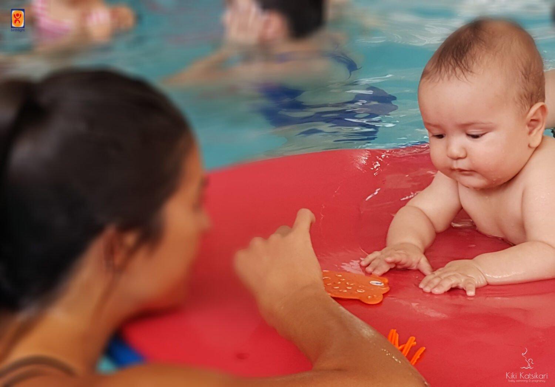 Baby swimming μωρό κολυμπά