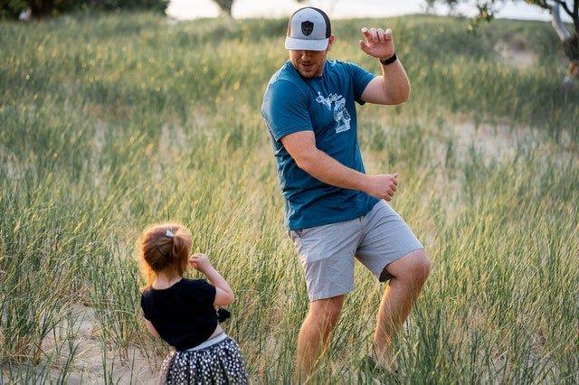 Γονεϊκή ευθύνη πατέρας χορεύει με κόρη