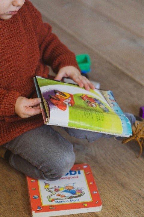 Κάθισμα σε θέση W παιδί διαβάζει