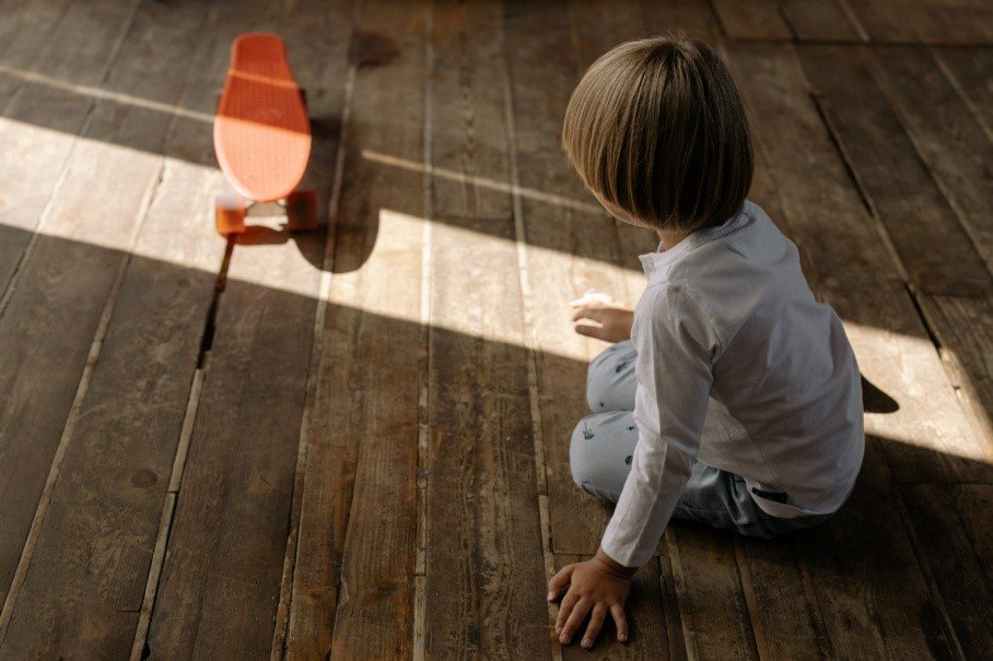 Κάθισμα σε θέση W παιδί παίζει στο πάτωμα