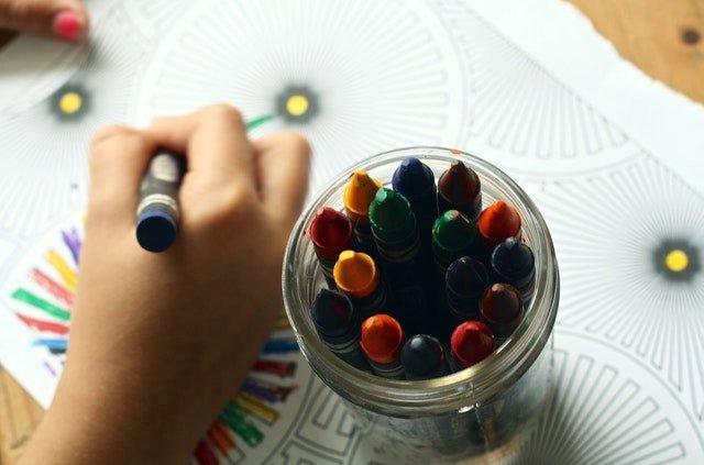 Καθυστέρηση ομιλίας παιδί ζωγραφίζει