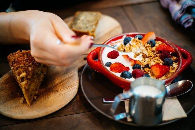 Οδηγίες για εγκύους γυναίκα τρώει πρωινό