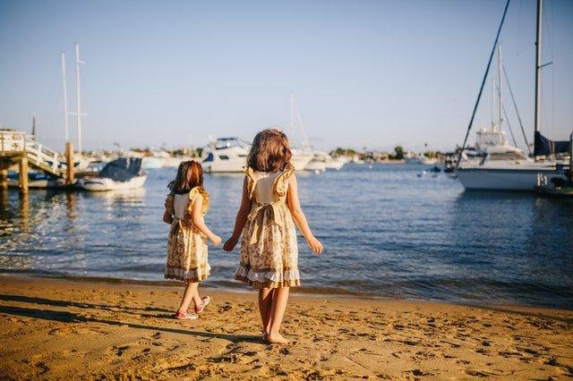 Οικογένεια με δίδυμα κορίτσια στη θάλασσα