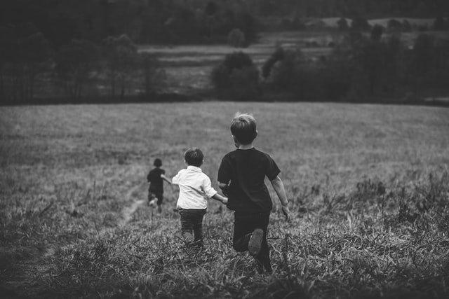 Πολύτεκνη οικογένεια αδέρφια τρέχουν