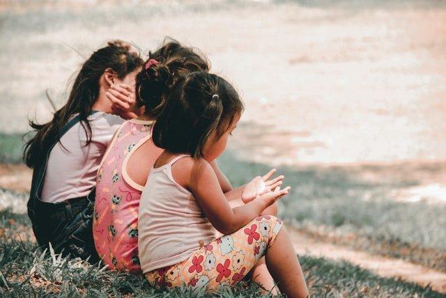 Πολύτεκνη οικογένεια κορίτσια στη θάλασσα