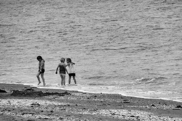 Πολύτεκνη οικογένεια παιδιά στη θάλασσα
