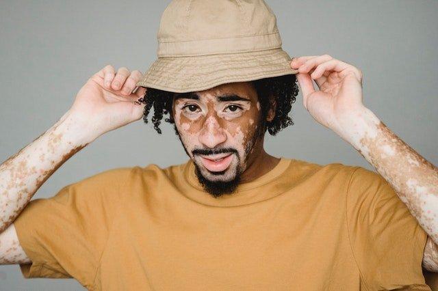 Στερεότυπα αποδοχή - Άντρα με καπέλο