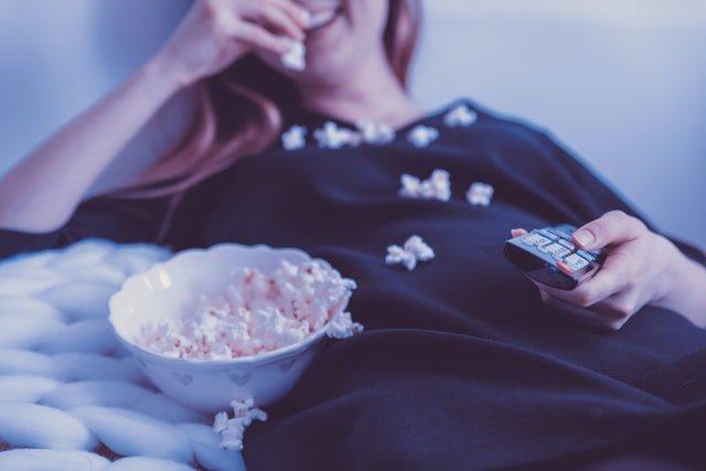 Υγιή σχέση με το φαγητό γυναίκα τρώει ποπκόρν