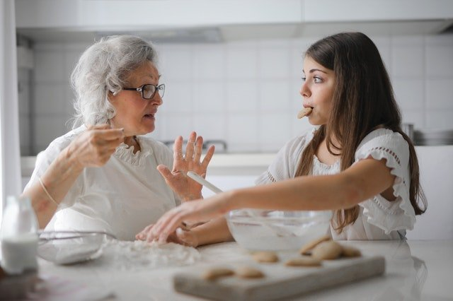 Υγιή σχέση με το φαγητό κορίτσι που τρώει μπισκότα με τη γιαγιά