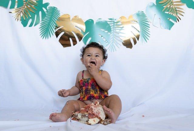 Υγιή σχέση με το φαγητό μωρό τρώει τούρτα