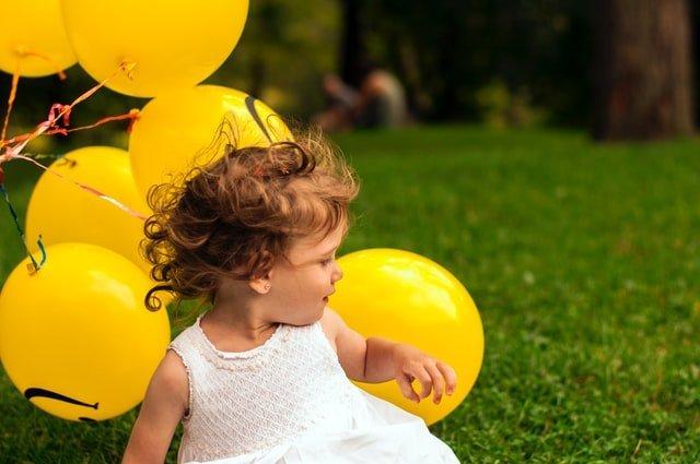 Ημέρα της μητέρας κορίτσι με μπαλόνια