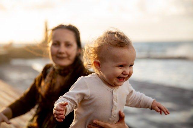 ημέρα της μητέρας μαμά και κόρη στη θάλασσα