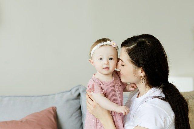 ημέρα της μητέρας μαμά και κόρη αγκαλιά