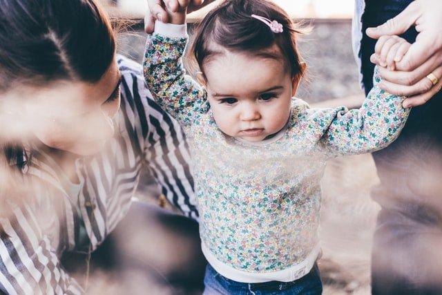 μαμά και κόρη κορίτσι που περπατά