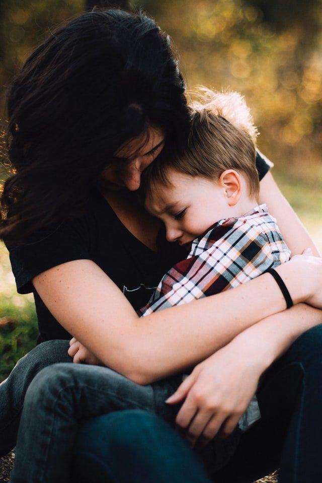 Ανασφάλειες παιδιού αγόρι κλαίει στην αγκαλιά της μαμάς