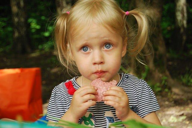 Ανασφάλειες παιδιού κορίτσι που τρώει