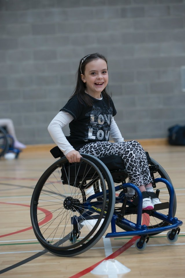 Ανασφάλειες παιδιού κορίτσι σε αναπηρικό καροτσάκι