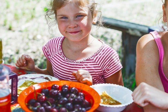 ανασφάλειες παιδιού κορίτσι τρώει φρούτα
