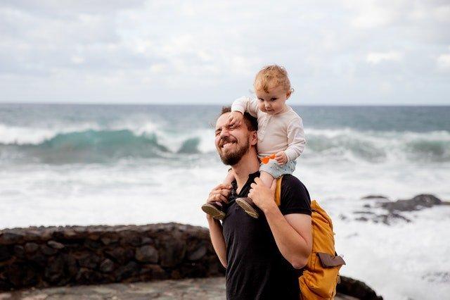 Ανεξάρτητα παιδιά μπαμπάς και μωρό στη θάλασσα