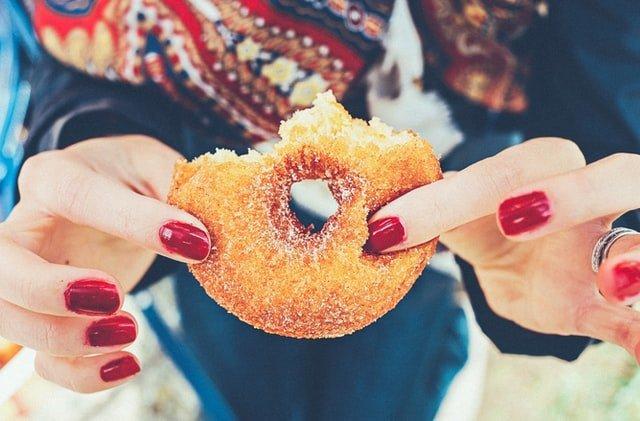 δίαιτα γυναίκα τρώει ντόνατ