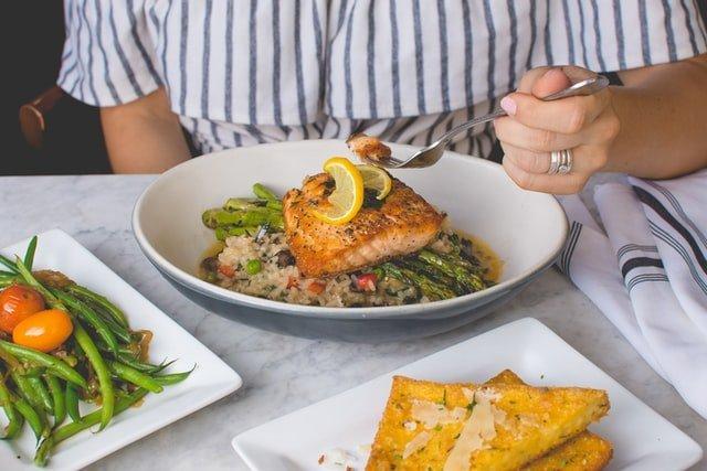 δίαιτα γυναίκα τρώει φαγητό