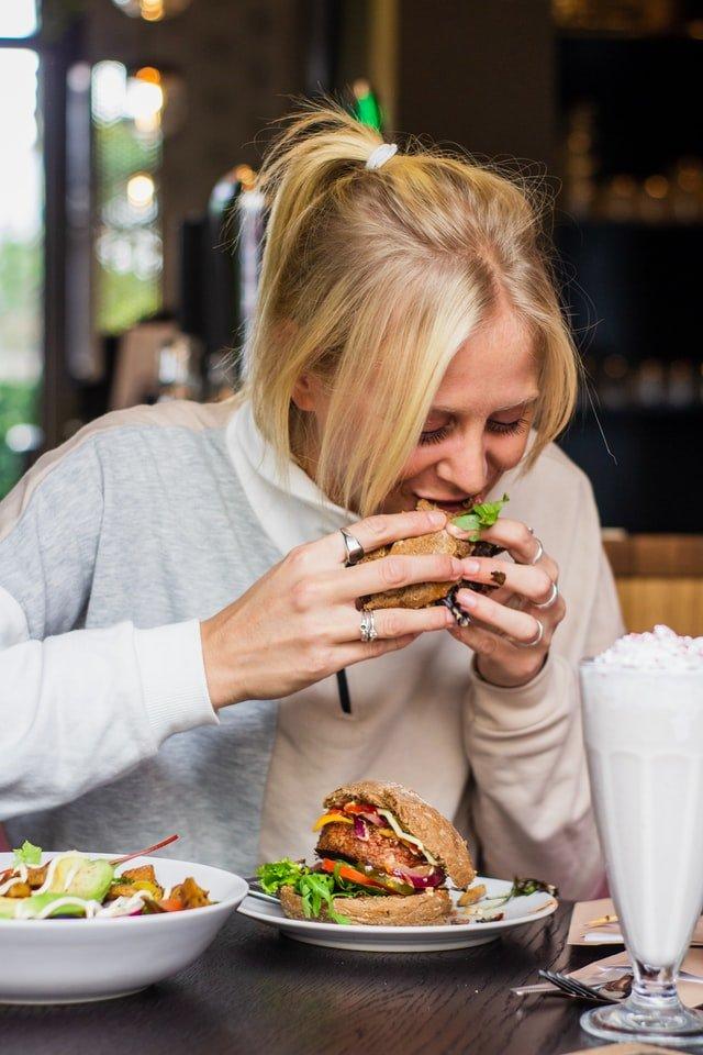 δίαιτα γυναίκα τρώει μεσημεριανό