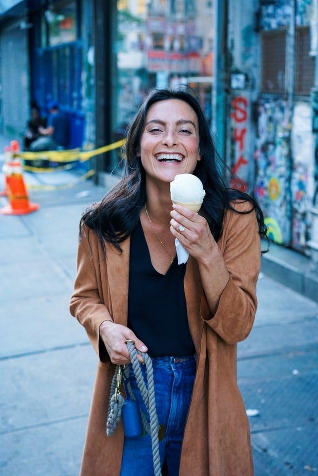 δίαιτα γυναίκα τρώει παγωτό