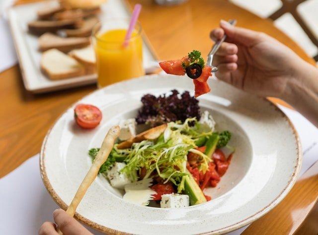 δίαιτα γυναίκα τρώει σαλάτα