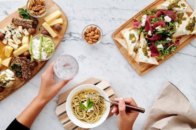 Διατροφή και δίαιτα γυναίκα τρώει ιταλικό