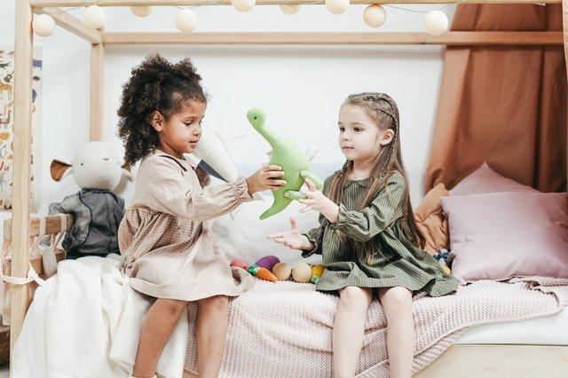 δυσπραξία δύο κορίτσια παίζουν