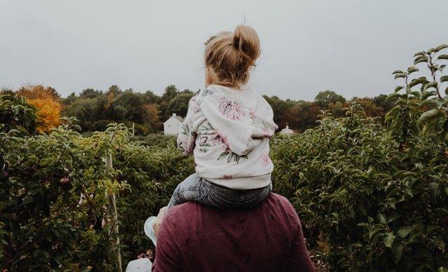 γιορτή του πατέρα κορίτσι στους ώμους του μπαμπά