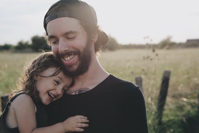 γιορτή του πατέρα μπαμπάς και κόρη αγκαλιά