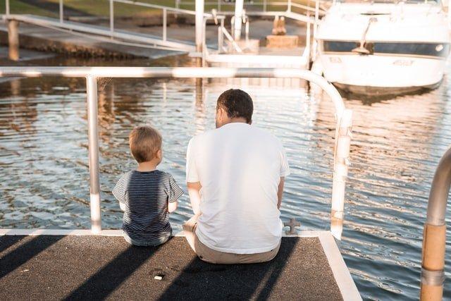 γιορτή του παρέρα μπαμπάς και γιος στη θάλασσα