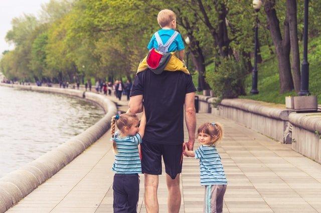 γιορτή του πατέρα μπαμπάς και παιδιά κάνουν βόλτα
