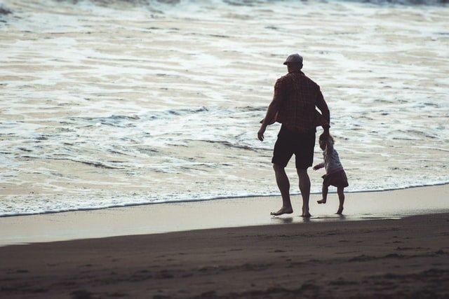 γιορτή του πατέρα παιδί και πατέρας κάνουν βόλτα