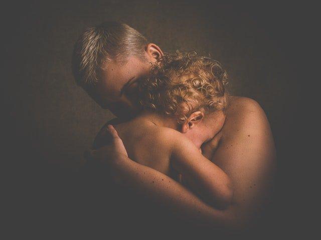 διαχείριση συναισθημάτων αγκαλιά και μωρό